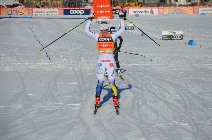 Charlotte Kalla riss in der Nordic Arena die Arme in die Höhe. (Foto: Michael Andres)