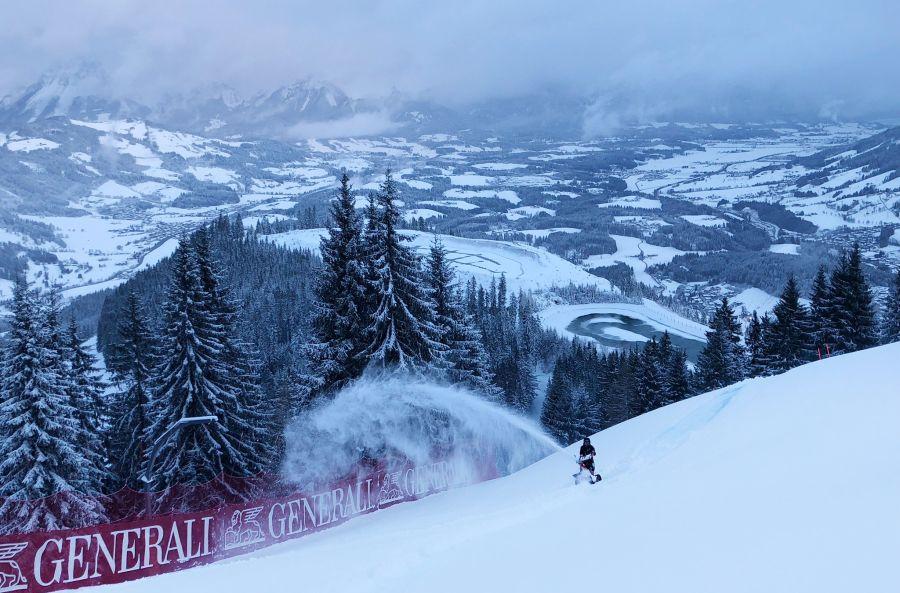Schneefräsen statt Rennfahrer: In Kitzbühel wird an der Strecke gearbeitet. (Foto: Twitter)